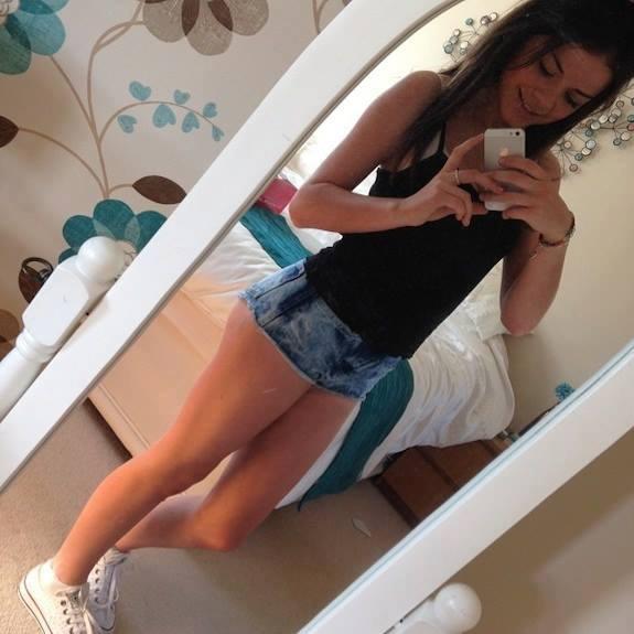 Młoda fanka zdjęć przy lustrze