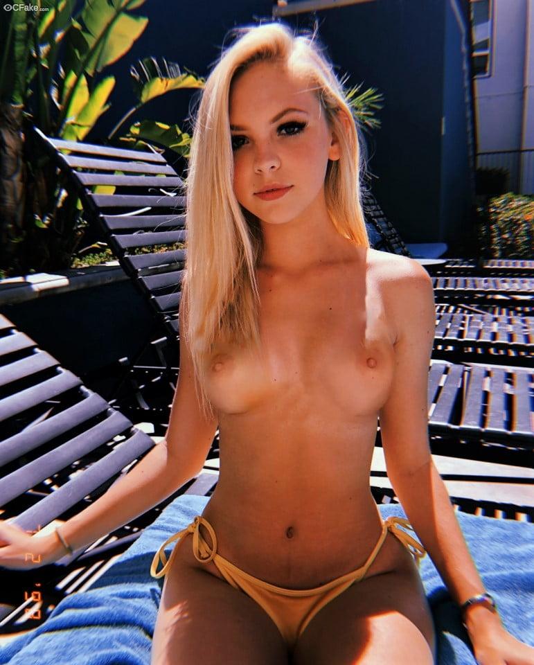Piękna młoda blondi toples