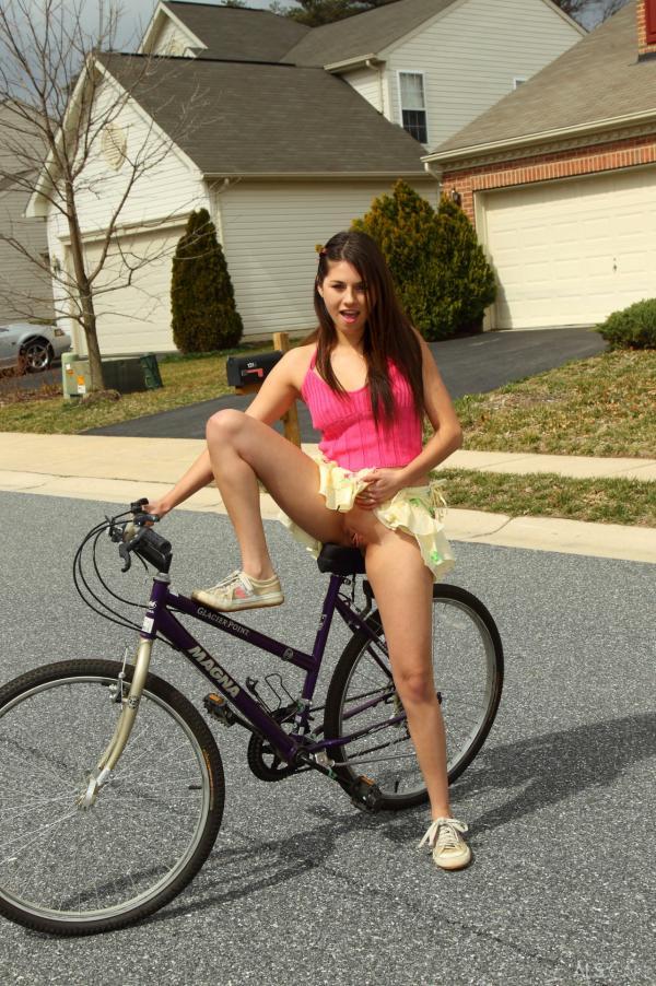 Rowerzystka pokazuje szparkę