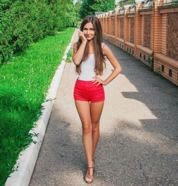 W czerwonych shortach