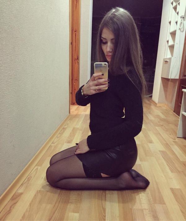 Nastolatka w czarnej sukience