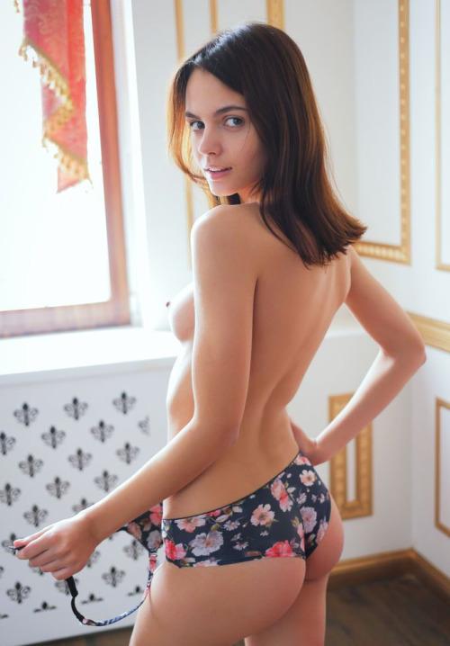 Młoda w sexy majteczkach