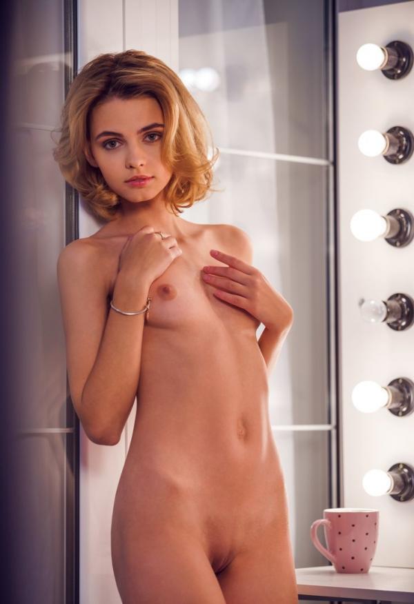 Młoda modelka przy prysznicu